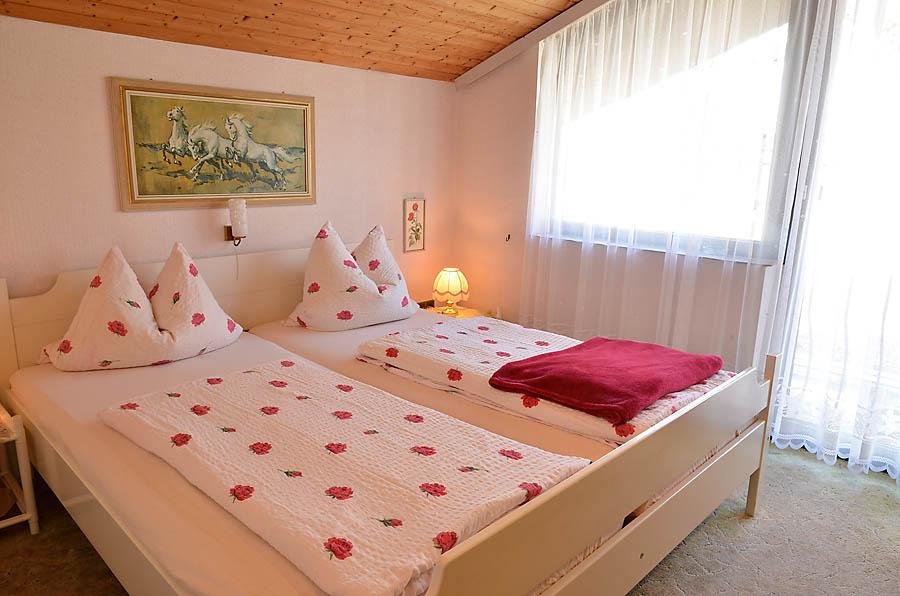 Bei Bedarf kann die Nutzung der Ferienwohnung erweitert werden um ein zweites Schlafzimmer mit Doppelbett und Zugang zu einem Balkon.