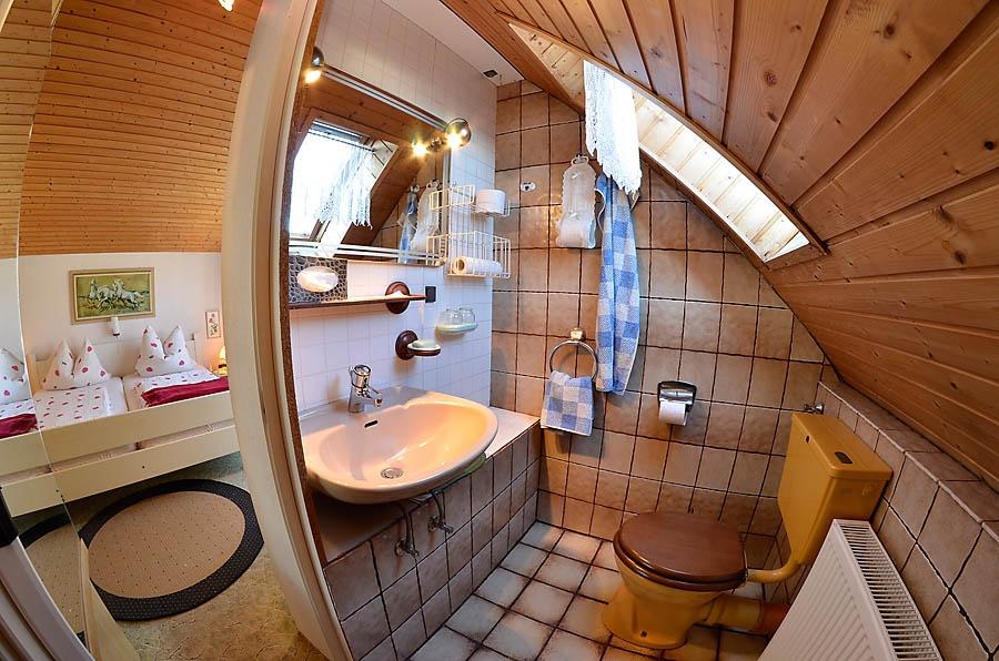 Das zweite Schlafzimmer verfügt über ein eigenes kleines Bad.